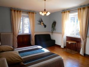 Lit double de la chambre d'hôtes Hortensia – La Maison du Parc – Yzeron