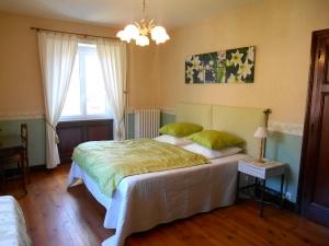 Lit double de la chambre d'hôtes Muguet – La Maison du Parc – Yzeron